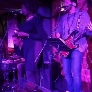 Petit souvenir bœuf groovy au « club de jazz les cinq rues » c'était vraiment sympa 🙂 avec  Emma Lamadgi, Maxime Rouayroux, Swaéli Mbappe